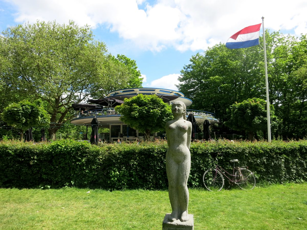 blauwetheehuis - VONDELPARK - Visit Vondelpark on a beautiful day and you'll find thousands of people sprawled on the grass, relaxing with a bottle of wine or enjoying a picnic with friends. Vondelpark gets an astounding 12 million visitors each year!