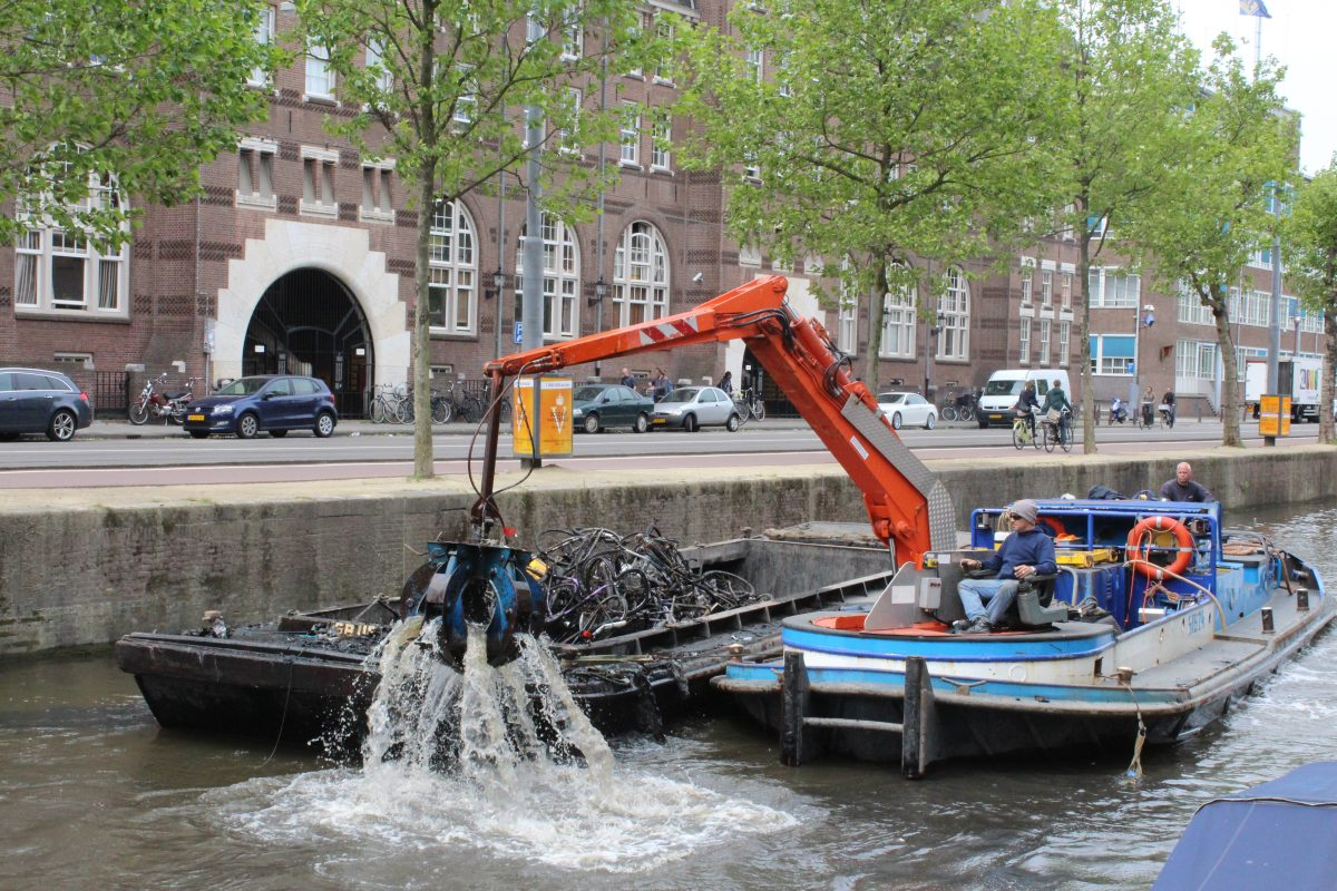 10 fun facts about Amsterdam - canal cleaning boat bikes