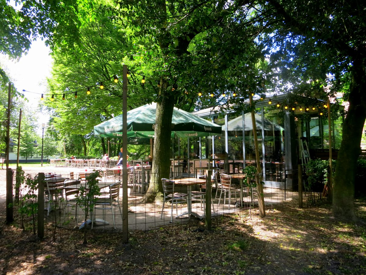 Nestled away between the trees at Bilderdijkpark, de Liefde is a sweet place for lunch, dinner or drinks under the green leaves.