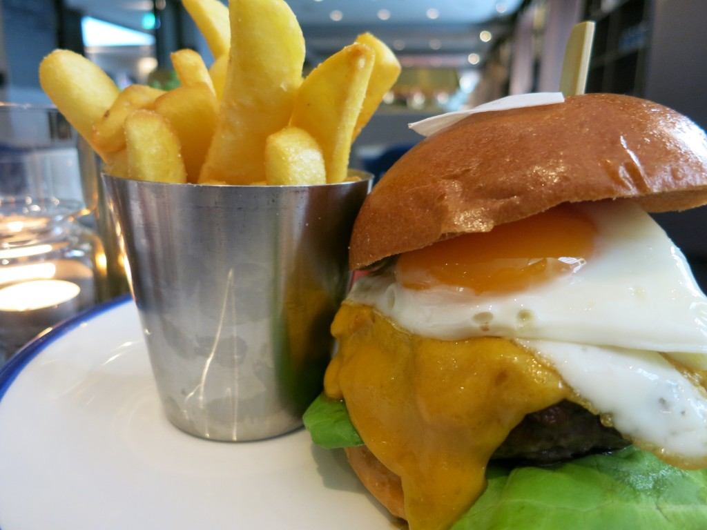 BEST BURGERS IN AMSTERDAM - Pressroom burger Ink Hotel