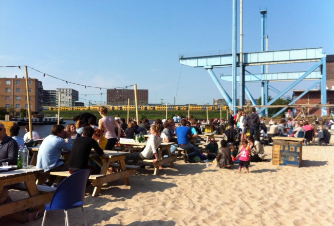 SIX COOL CITY BEACHES IN AMSTERDAM Dig your toes into the sand, look out over the water, sip a cold drink and listen to some summertime tunes.  Here are 6 city beaches in Amsterdam where you can do just that!