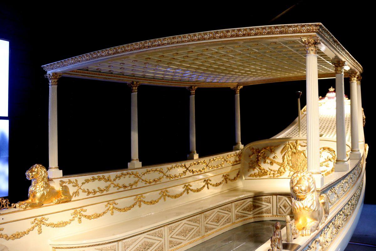 Het Scheepvaart, Amsterdam Maritime Museum's new exhibit showcasing the golden koningssloep.