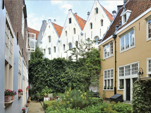 Discover the hidden hofjes in the Jordaan.
