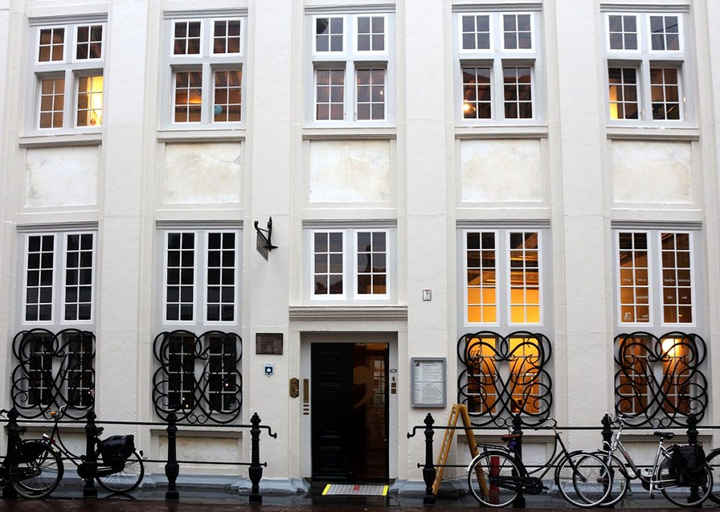 18 Coolest Libraries in Amsterdam - Huis de Pinto